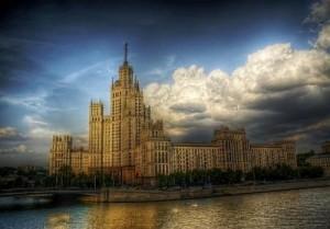 Гигантскую сумму за услуги ЖКХ переплатили жители Москвы - но деньги вернут!