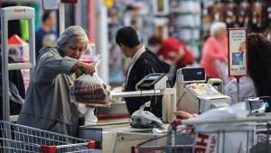 Малоимущие россияне будут получать по 10 тысяч рублей в год на продукты