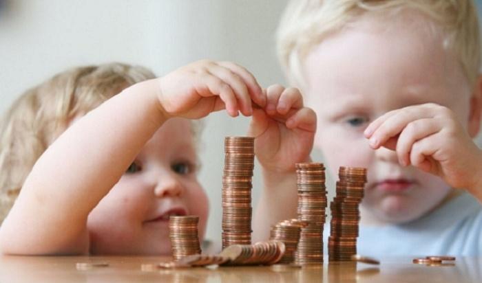 Омским семьям с детьми увеличили пособия
