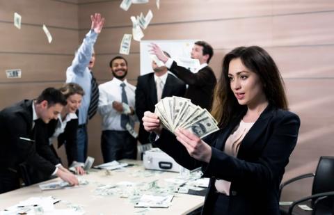 """Психологи из США вычислили зарплату """"счастливого человека"""" для всего мира"""