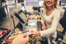 Как платить картой за рубежом, чтобы не терять на комиссиях