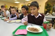 Что изменится в России с 1 сентября 2020: бесплатные обеды для младших классов, возврат неиспользованной страховки и окончание детских выплат