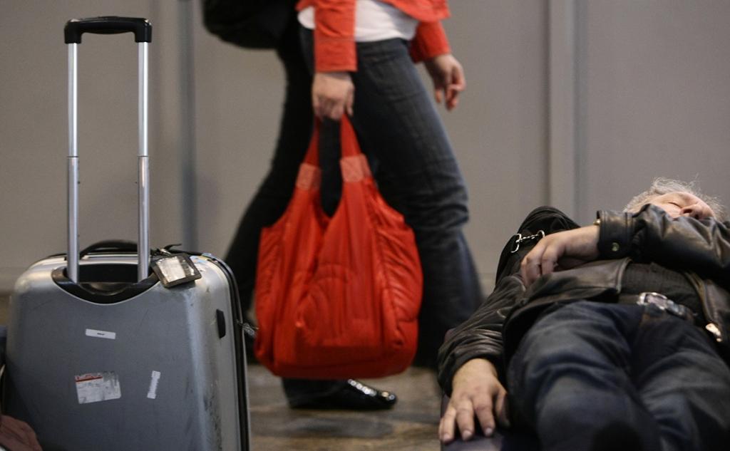 В аэропортах Москвы запретили переодеваться в туалетах и сидеть на полу