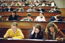 Студентов бюджетных отделений хотят обязать отрабатывать дипломы в органах власти