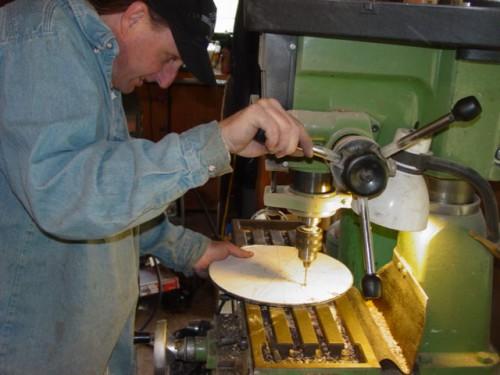 Лопасти колеса сделали из разрезанной на 4 части 4-х дюймовой стальной трубы.